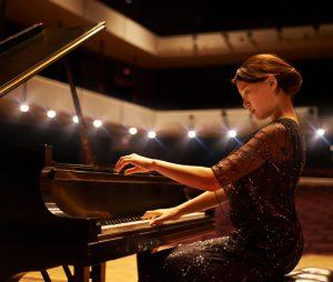 Pent kledd klassisk pianist