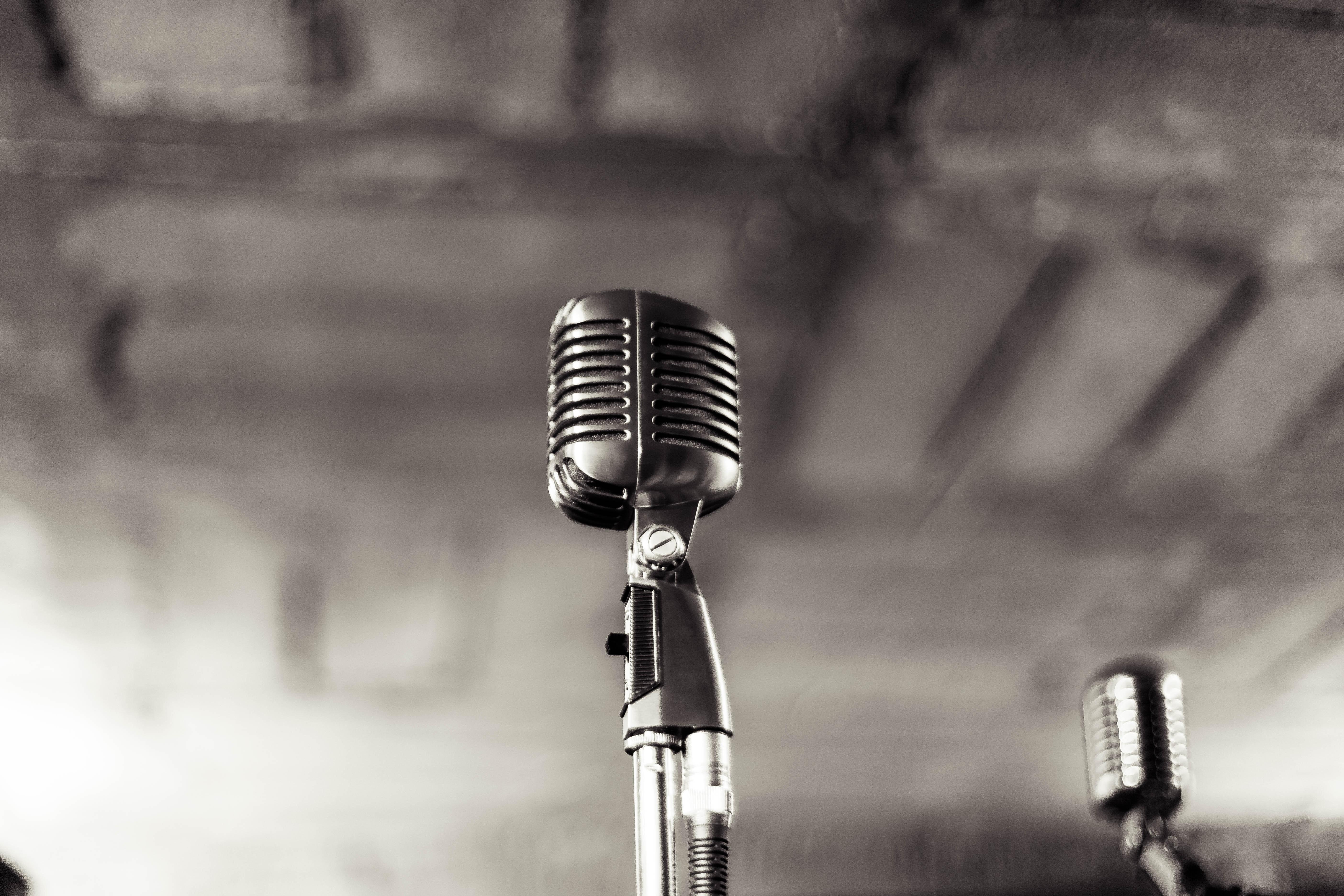 Gammeldags mikrofon i svarthvitt